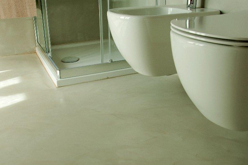 Pavimento in resina su vecchio pavimento - Resina su piastrelle bagno ...